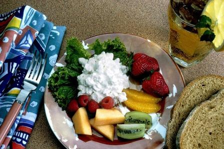 Cottage cheese and fruit as a healthy snack
